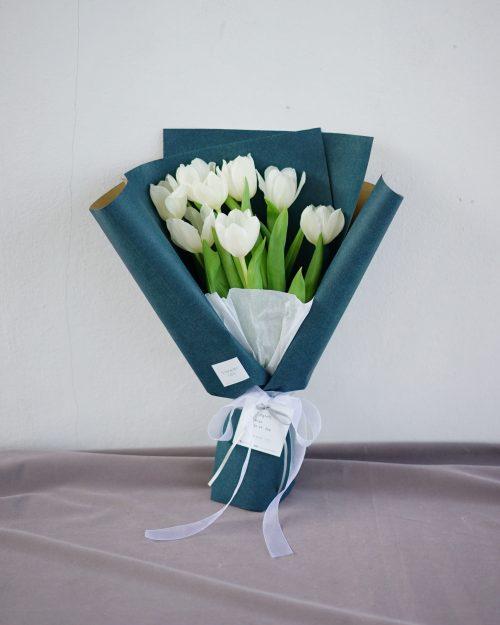 ช่อดอกไม้ ดอกทิวลิปสีขาว จากร้านดอกไม้ Flowerlab by Chanana
