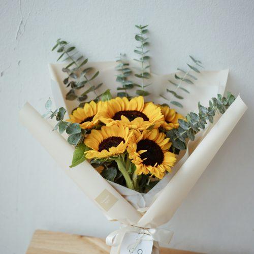 ช่อดอกไม้ ดอกทานตะวัน สีเหลือง ดอกไม้รับปริญญา ขนาดกลาง ห่อ กระดาษสีครีม