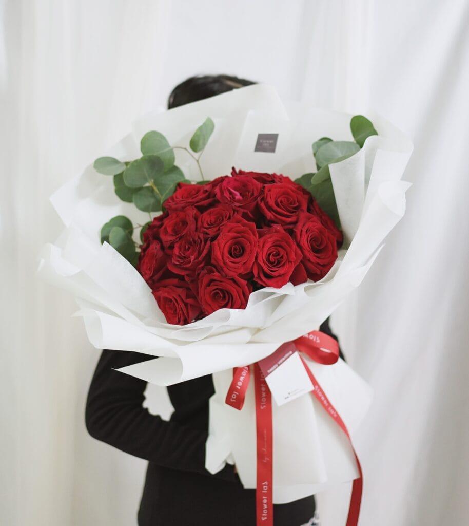 ช่อดอกไม้วาเลนไทน์ V5 ดอกกุหลาบสีแดง ดอกกุหลาบสีขาว ช่อดอกไม้สวยๆ จากร้านดอกไม้ของเรา
