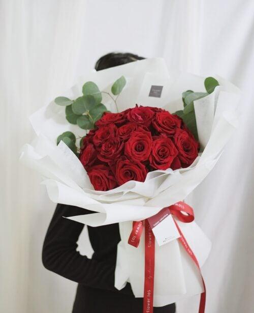 ช่อดอกไม้วาเลนไทน์ ดอกกุหลาบสีแดง ดอกกุหลาบสีขาว ช่อดอกไม้สวยๆ จากร้านดอกไม้ Flowerlab by Chanana