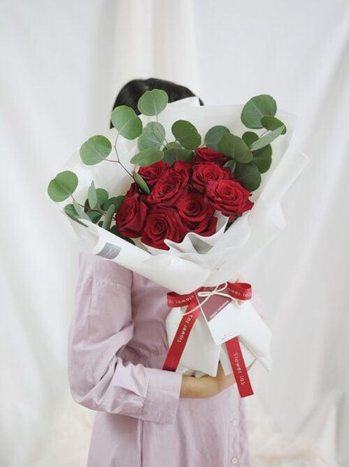 ช่อดอกไม้วาเลนไทน์ V4 ดอกกุหลาบสีแดง ดอกกุหลาบสีขาว ช่อดอกไม้สวยๆ จากร้านดอกไม้ Flowerlab by Chanana