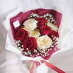 ช่อดอกไม้วาเลนไทน์ V7 ดอกกุหลาบสีแดง ดอกกุหลาบสีขาว ช่อดอกไม้สวยๆ จากร้านดอกไม้ Flowerlab by Chanana