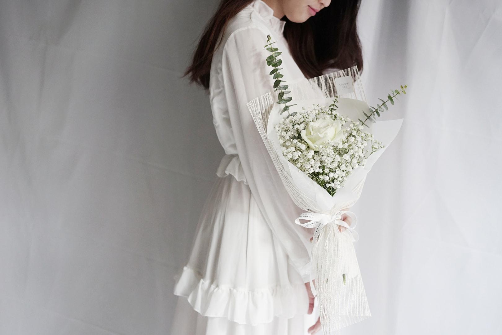 ช่อดอกไม้สีขาว จากร้านดอกไม้ Flowerlab by Chanana